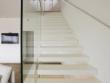 Un escalier aérien qui disparaît dans le décor