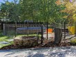 Une clôture sur-mesure, courbée pour entourer le bassin