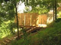Quatre terrasses posées sur un jardin en pente