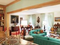 Meubles anciens et pièces modernes pour un appartement mosaïque