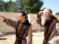 Ces moines qui bâtissent un monastère en 2011