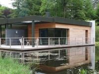 Une maison contemporaine sur un lac