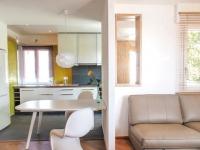 Un deux-pièces exigu devient un loft contemporain