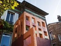 Un escalier ajouré prolonge l'espace de vie d'une maison en meulière