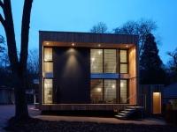 Une maison bois en forme de cube