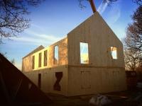 Une maison en bois massif montée en quatre jours