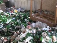 Le locataire laisse des milliers de canettes vides de bière