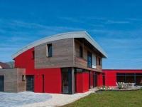 Une maison passive avec piscine aux formes arrondies