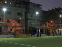 Un terrain de football brésilien éclairé par les joueurs !