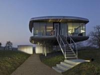 Maison d'architecte : deux coques de bateau juchées sur pilotis