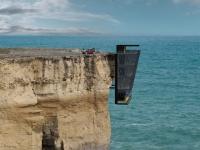 Une maison vertigineuse adossée à une falaise