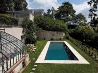 Une piscine de standing à flanc de coteau viticole