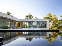 Une maison parcourue par un ruban de verre