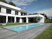 Un couloir de nage étroitement imbriqué dans une maison d'architecte