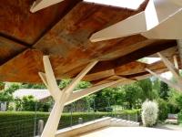 Aménagement extérieur : Un abri de garage comme un arbre géant en acier plié