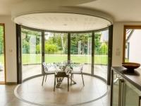 Une salle à manger dedans/dehors avec vue panoramique sur l'extérieur
