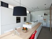 Une cuisine familiale fonctionnelle et épurée en Corian