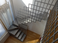 Avant/après : un escalier en acier pour redynamiser un salon