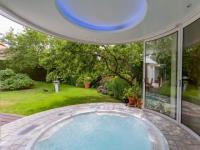 Un spa installé dans une extension panoramique