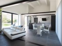Béton et métal pour une maison qui mise sur le contraste