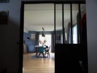 Aménagement intérieur : un salon vintage mi-bois, mi-acier