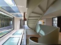 Une villa épurée révèle un escalier ruban majestueux