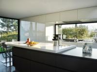 Une cuisine sobre et élégante ouverte à 180° sur le jardin
