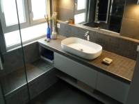 Une cuisine transformée en salle de bains minérale et contemporaine