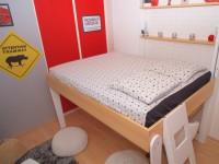 Une chambre d'ado gagne des m2 grâce à un lit escamotable