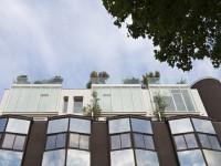 Des maisons sur le toit d'un immeuble, un exemple à la loupe