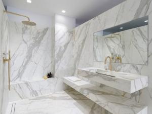 Le marbre fait son come-back dans les salles de