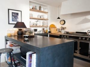Une cuisine avec îlot et plan de travail en