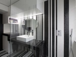 Une salle de bains graphique chic grâce à de la