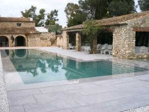 Une piscine miroir où plonge un mas provençal
