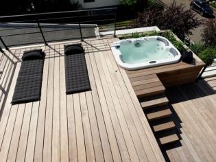 Une terrasse en bois pour une maison au naturel