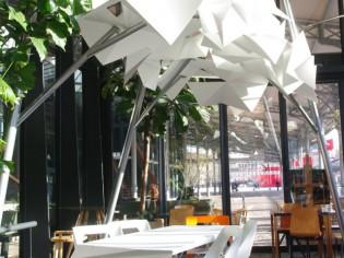 Une pergola comme une oeuvre d'art exposée à la Petite Halle de la Villette