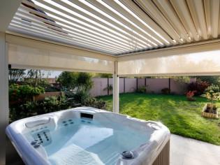 Un spa protégé par une pergola bioclimatique