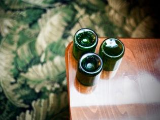 Des bouteilles de vin sciées pour faire des verres