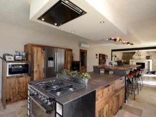 Une cuisine industrielle se fait une place dans une maison provençale