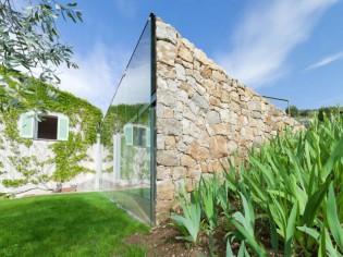 Une extension mi-pierre, mi-verre parfaitement intégrée au paysage