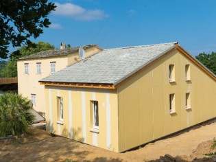 Une extension bois imite une maison traditionnelle corse