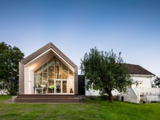Extension contemporaine pour une ferme traditionnelle norvégienne