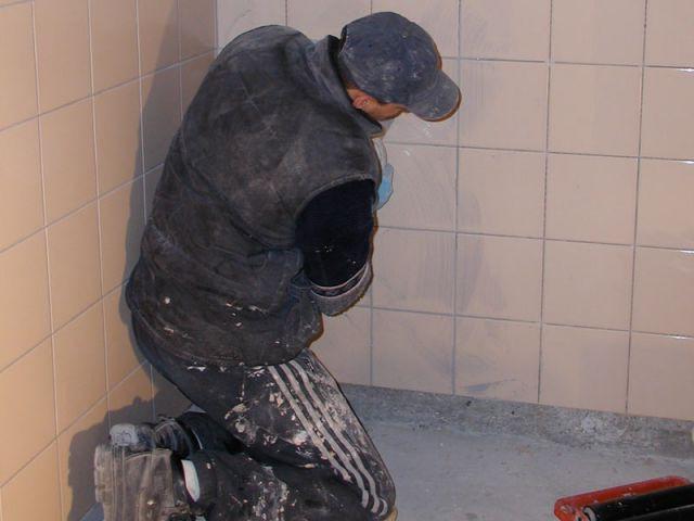 ouvrier pose carrelage travaux