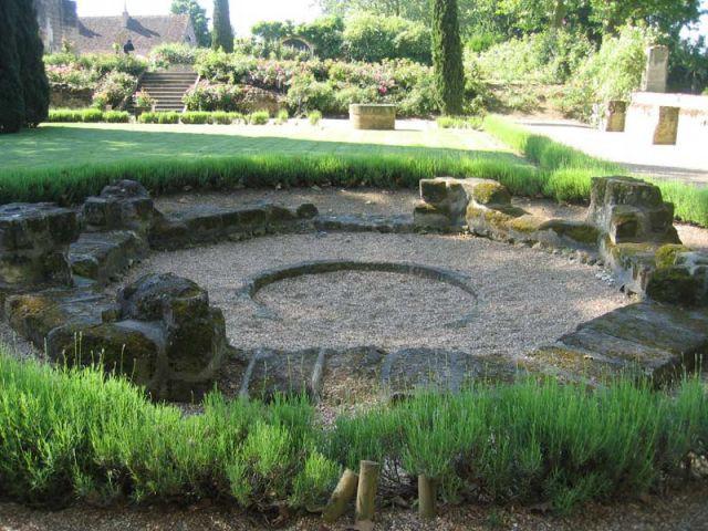 Ancien puits - Prieuré de Saint-Cosme