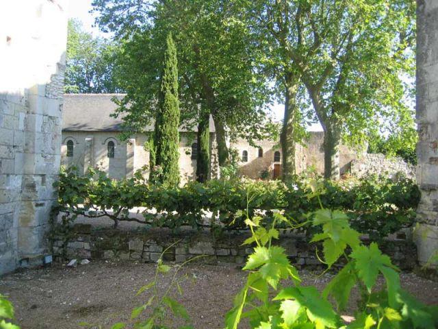 Vue des jardins depuis l'église - Prieuré de Saint-Cosme
