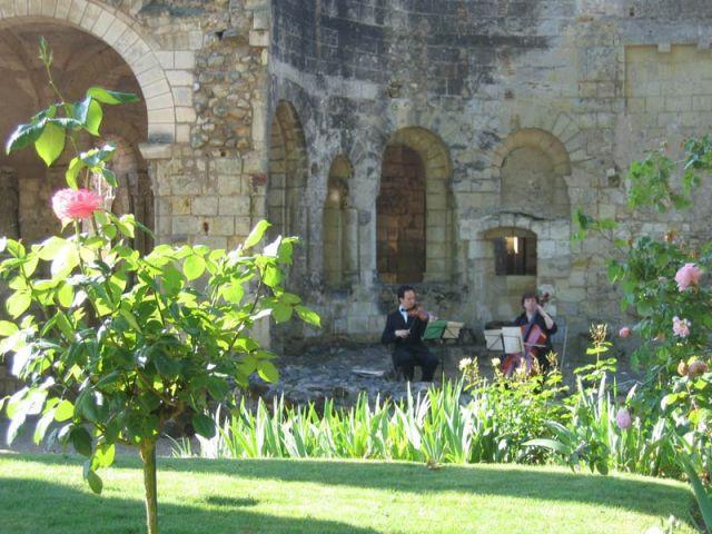 Musiciens devant l'église - Prieuré de Saint-Cosme