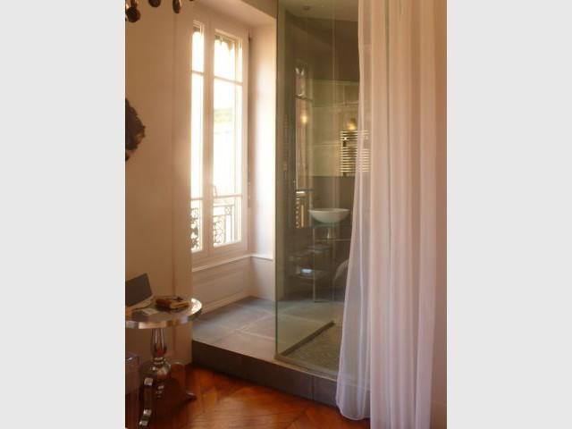 La salle de bain parentale avec rideau - Rénovation appartement Lyon