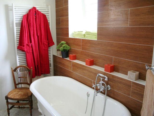 refaire sa salle de bain pas cher la salle de bain rouge donne des ides couleur au gris et noir. Black Bedroom Furniture Sets. Home Design Ideas
