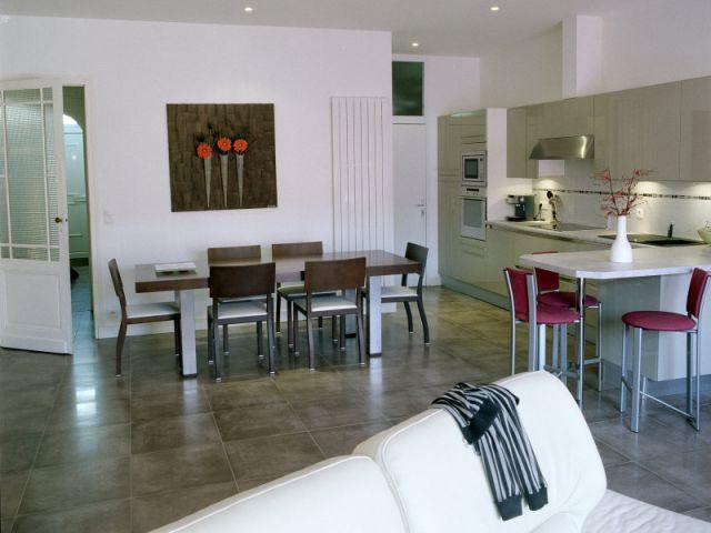 une maison de ville sublim e par le bois. Black Bedroom Furniture Sets. Home Design Ideas