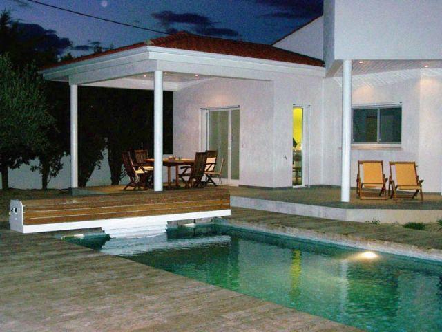 Vue de nuit - Maison autour d'une piscine